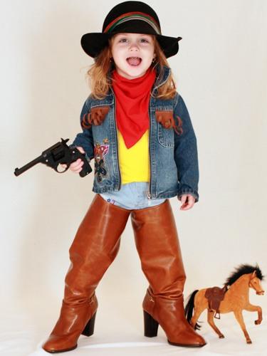 Как сделать костюм маленькой разбойницы