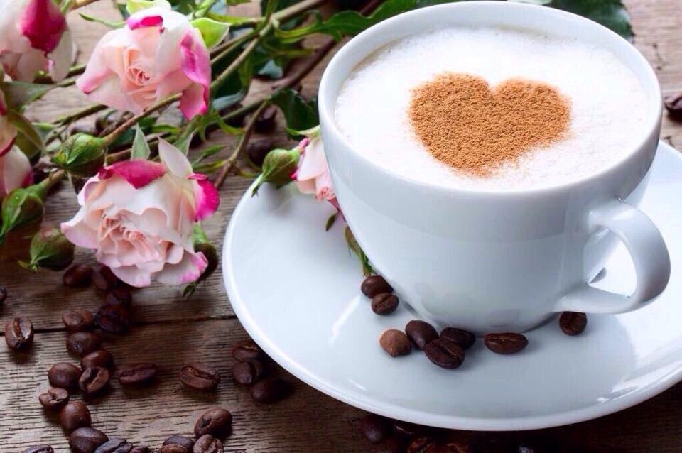 Фото кофе в чашке с цветами