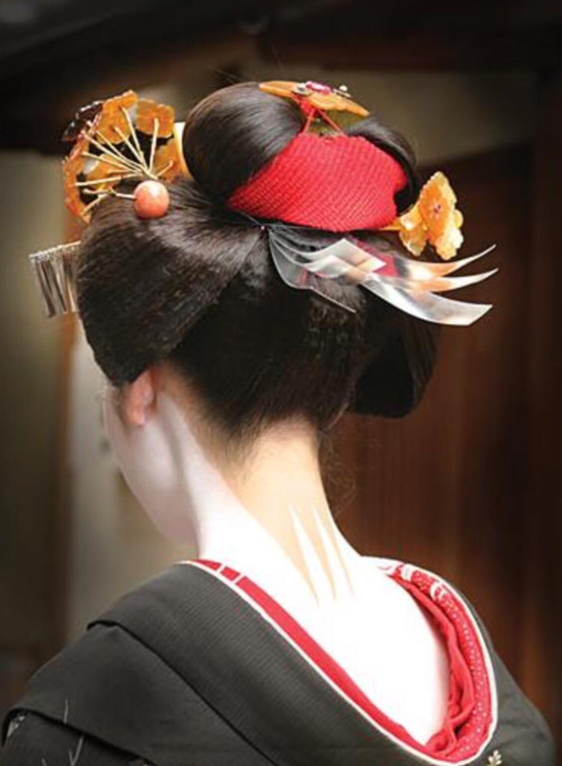 Прическа разделенный персик у гейши