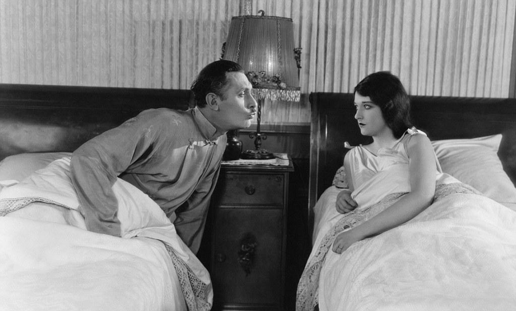 фото супруги в постели