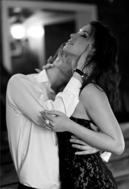 Фото как парень и девушка страстно целуются