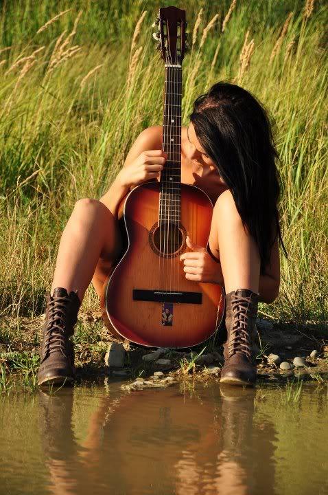 голая девушка с гитарой фото