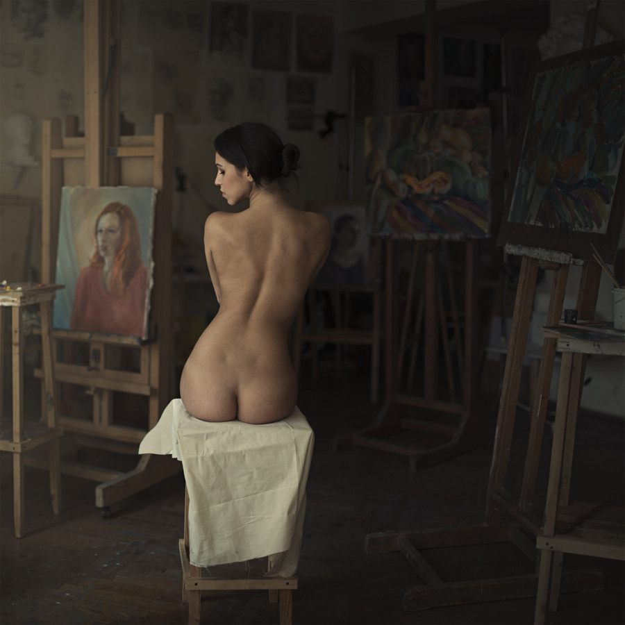 голая позирует перед художником и фотографом раком